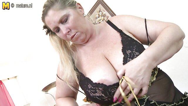 uma rapariga britânica na faculdade veste-se vídeo de pornô das brasileirinhas de Ejaculação em massa.